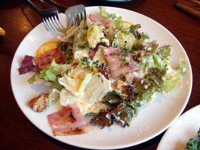 温泉玉子とパルミジャーノのシーザーサラダ